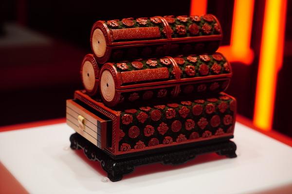 剔红团花纹书卷式盒