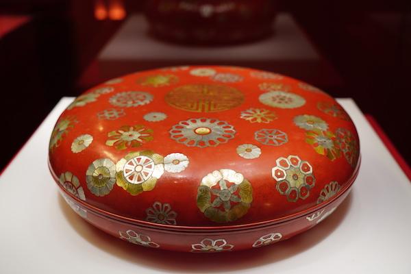 红漆嵌螺钿团花纹攒盒