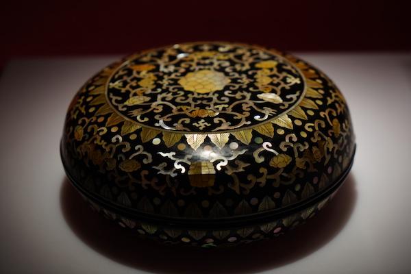 黑漆嵌螺钿万福勾莲纹圆盒