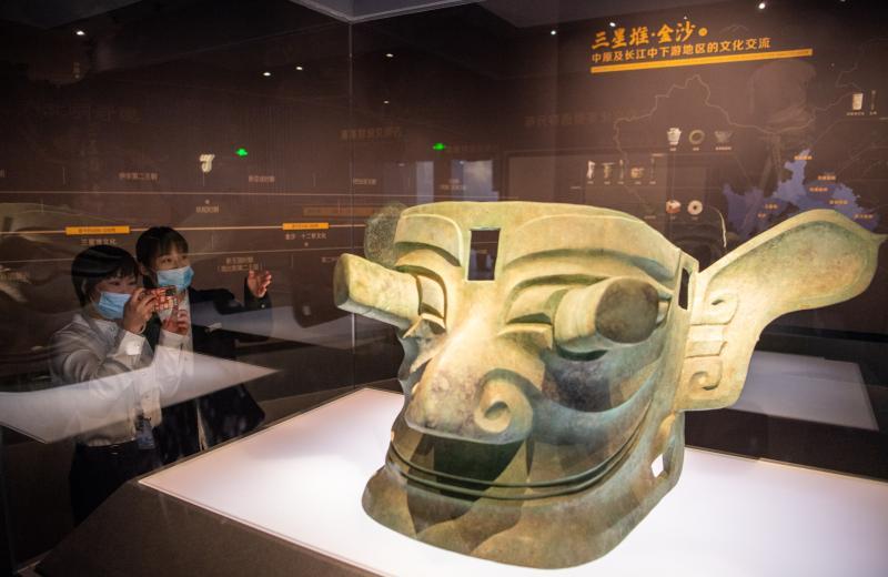 巨大的青铜面具。