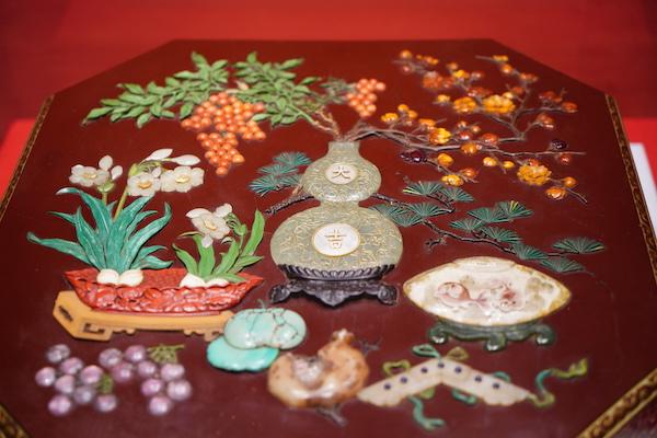 紫漆描金嵌玉石花卉纹盒