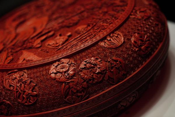 剔红工艺的雕漆作品,在每个细节都极尽繁缛