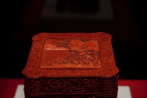 """乾隆款剔红""""赤壁宝盒"""""""